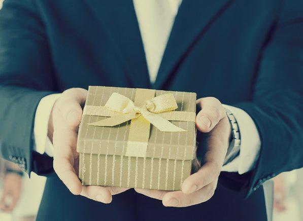 Какой подарок чиновнику можно подарить